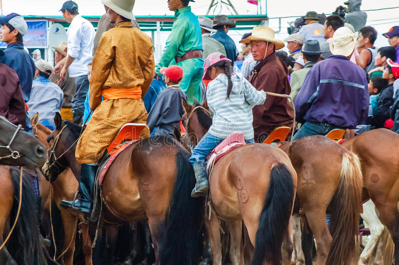Stäng sig upp av hästryggåskådare som håller ögonen på den Nadaam hästkapplöpningen royaltyfri fotografi