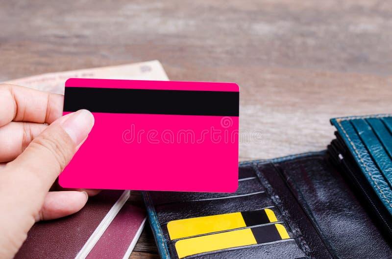 Stäng sig upp av hållande kreditkort för hand på träbakgrund arkivfoton