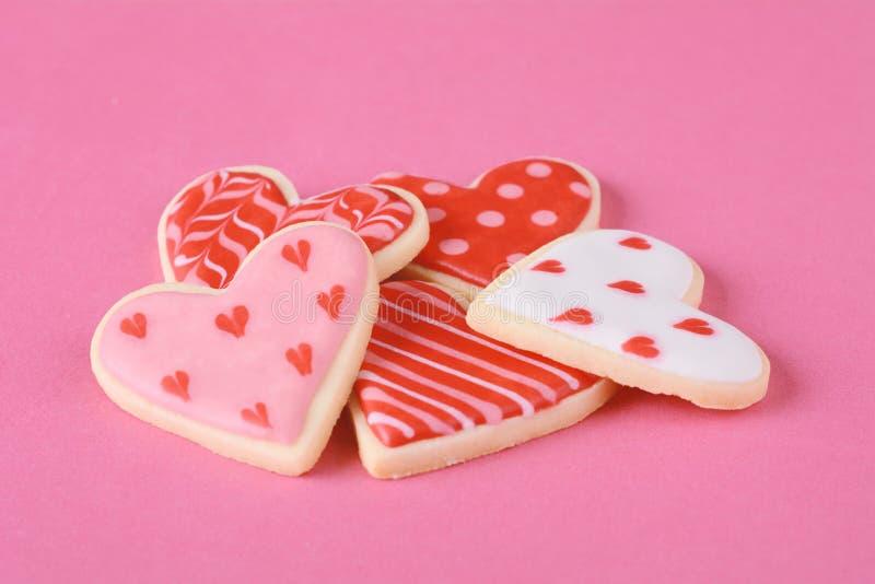 Stäng sig upp av hög av kakor för dagen för valentin` s royaltyfria bilder