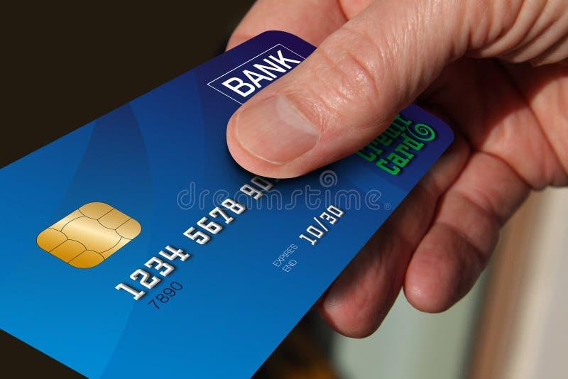 Stäng sig upp av handen som ger kreditkorten arkivfoto