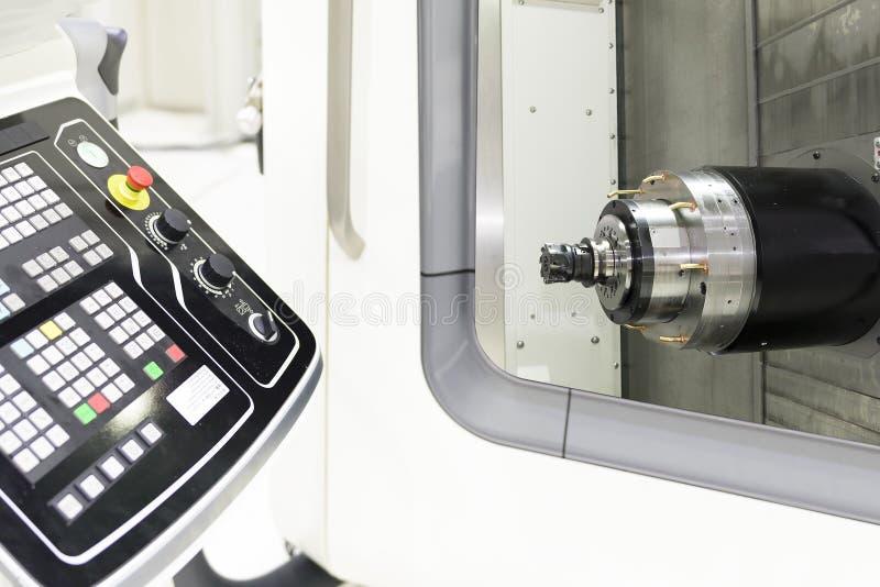 Stäng sig upp av horisontalspindeln av CNC-maskinen arkivbild