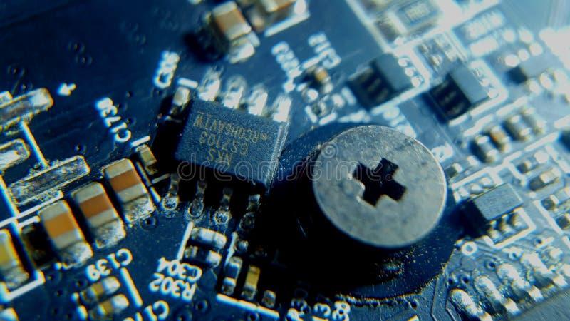 Stäng sig upp av inbyggt - det arrangera i rak linje strömkrets- och chipsetVGA kortet royaltyfri bild