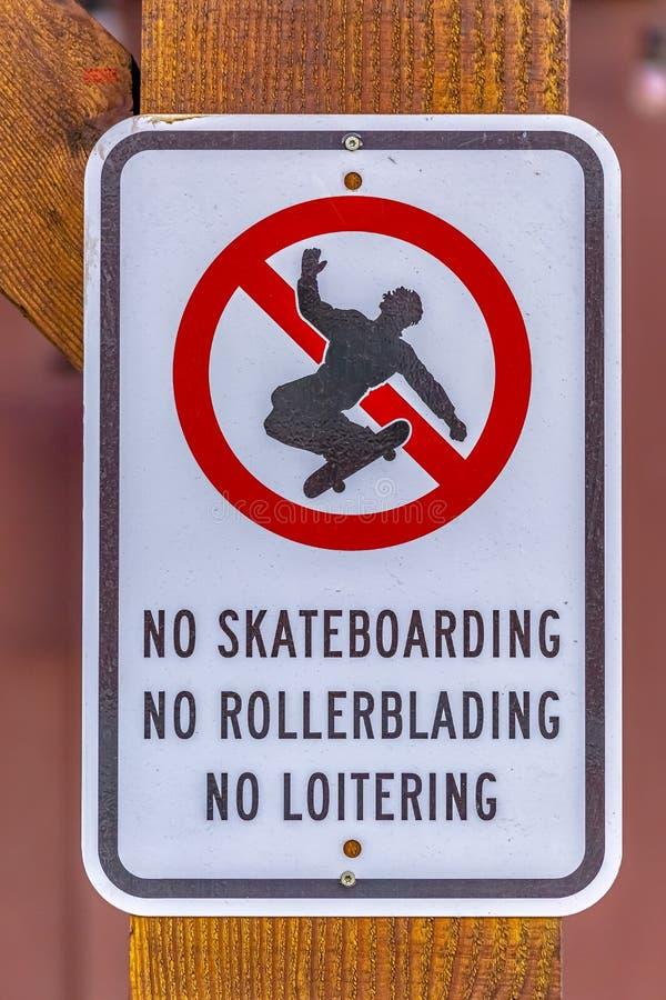 Stäng sig upp av inget skateboardingtecken i den Utah dalen arkivbild
