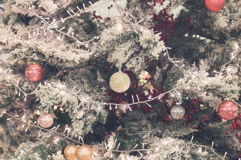Stäng sig upp av julgrangarneringar royaltyfri foto