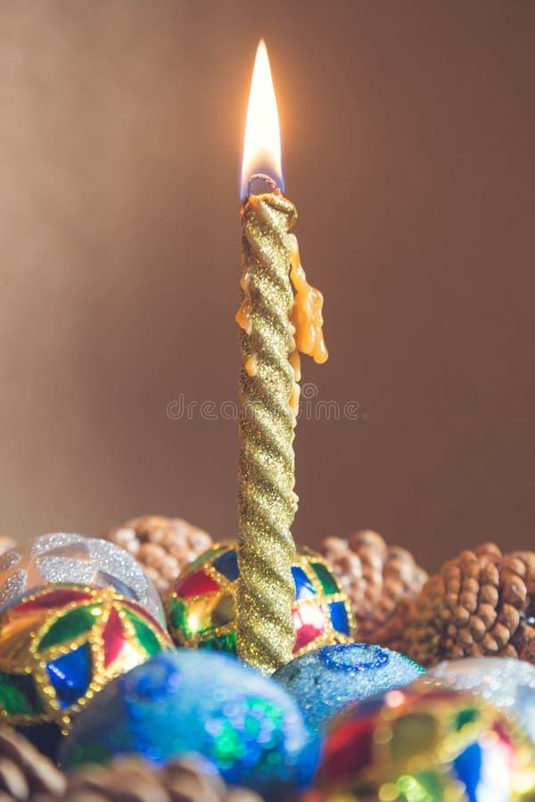 Stäng sig upp av julljuset med färgrik garnering på fliken arkivbild