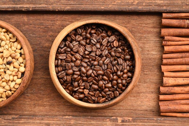 Stäng sig upp av kaffebönor i träbunke och kanel fotografering för bildbyråer