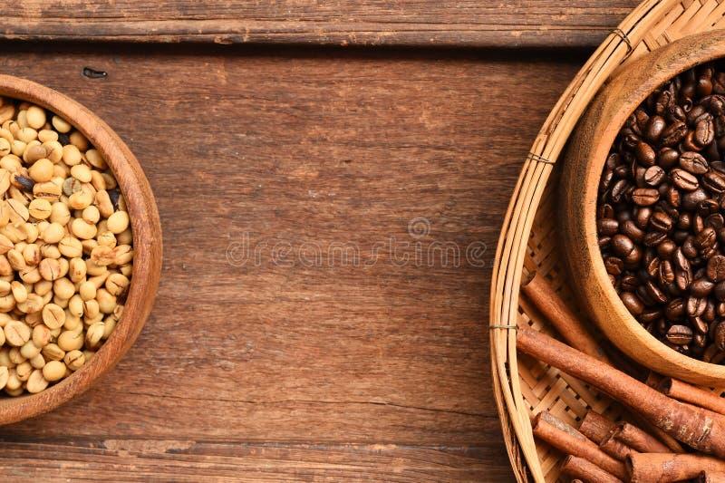Stäng sig upp av kaffebönor i träbunke och kanel arkivfoton