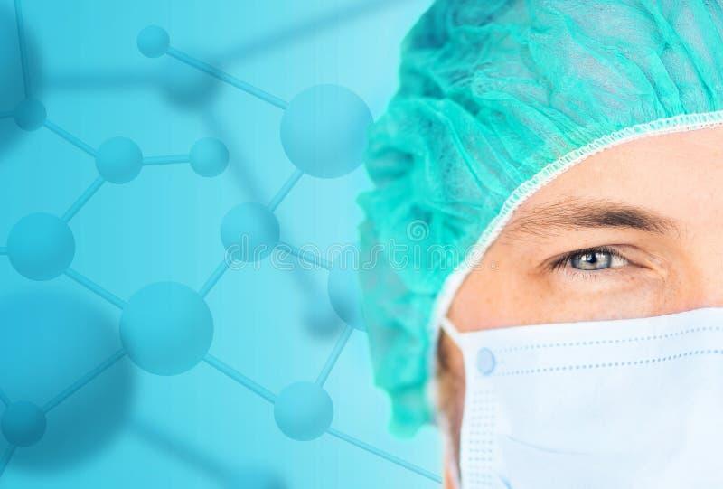 Stäng sig upp av kirurg i medicinskt lock och maskera fotografering för bildbyråer