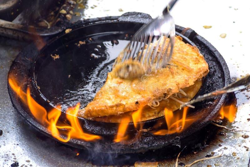 Stäng sig upp av knapriga stekte musslapannkakor på brand royaltyfri fotografi