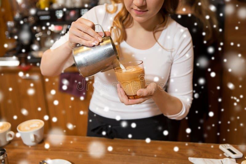 Stäng sig upp av kvinna, danande somkaffe på shoppar eller kafét arkivfoto