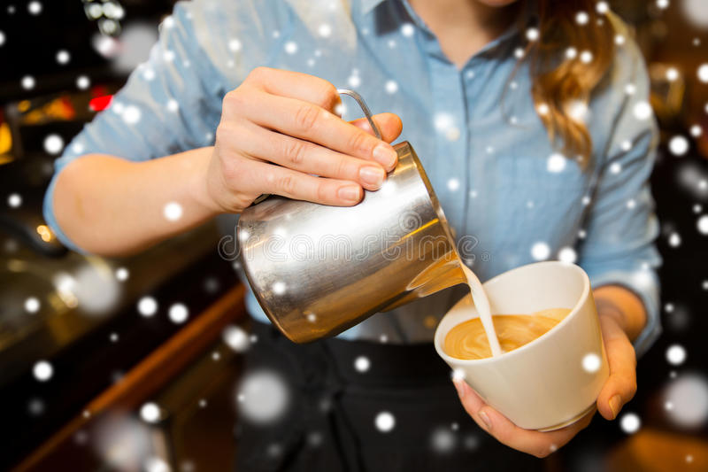 Stäng sig upp av kvinna, danande somkaffe på shoppar eller kafét royaltyfri fotografi