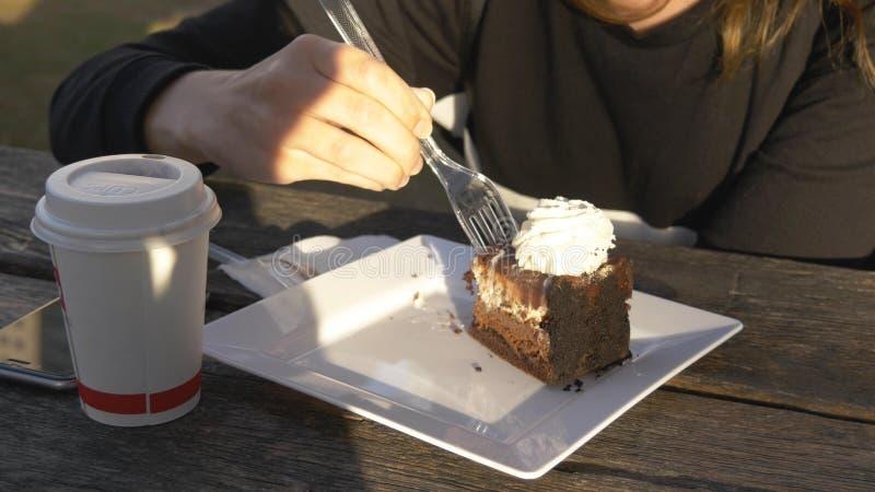 Stäng sig upp av kvinna för att ta ett stycke av kakan med gaffeln royaltyfria bilder