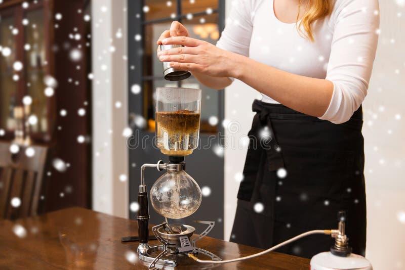 Stäng sig upp av kvinna med den hävertkaffebryggaren och krukan royaltyfri fotografi