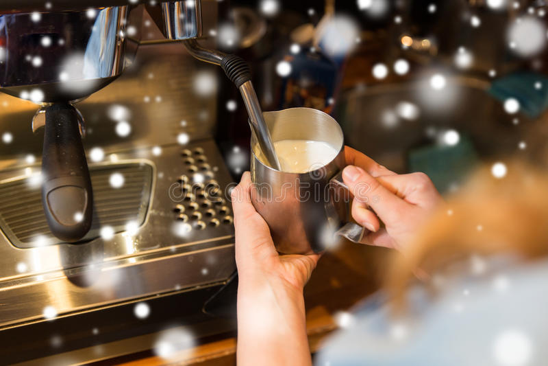 Stäng sig upp av kvinnadanandekaffe vid maskinen på kafét royaltyfri bild