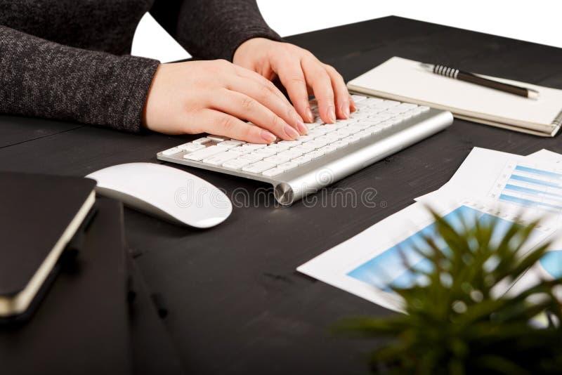 Stäng sig upp av kvinnliga revisor- eller bankirdanandeberäkningar arkivbilder