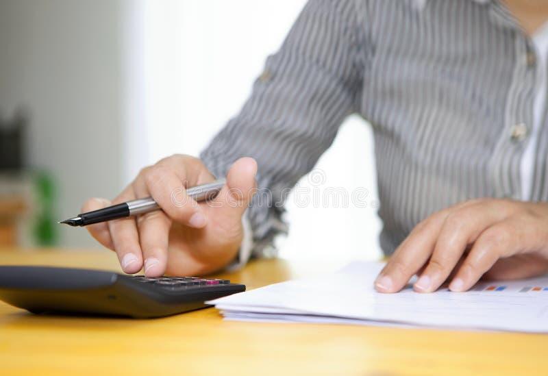 Stäng sig upp av kvinnliga revisor- eller bankirdanandeberäkningar arkivbild