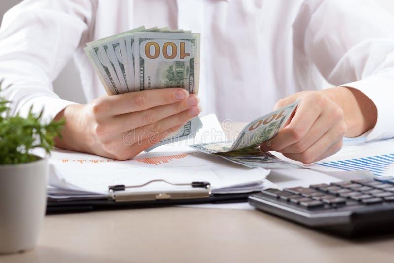 Stäng sig upp av kvinnliga revisor- eller bankirdanandeberäkningar Besparingar, finanser och ekonomibegrepp royaltyfria bilder