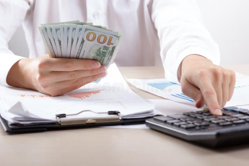 Stäng sig upp av kvinnliga revisor- eller bankirdanandeberäkningar Besparingar, finanser och ekonomibegrepp royaltyfri fotografi
