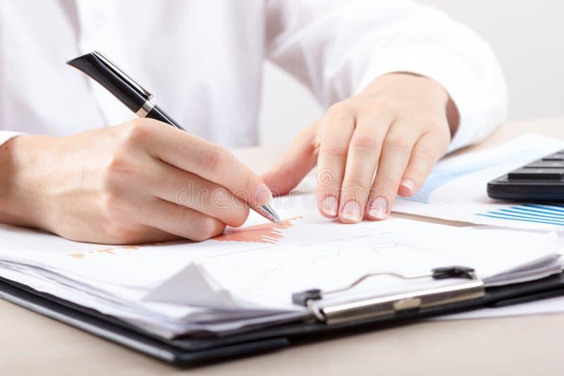Stäng sig upp av kvinnliga revisor- eller bankirdanandeberäkningar Besparingar, finanser och ekonomibegrepp arkivfoton