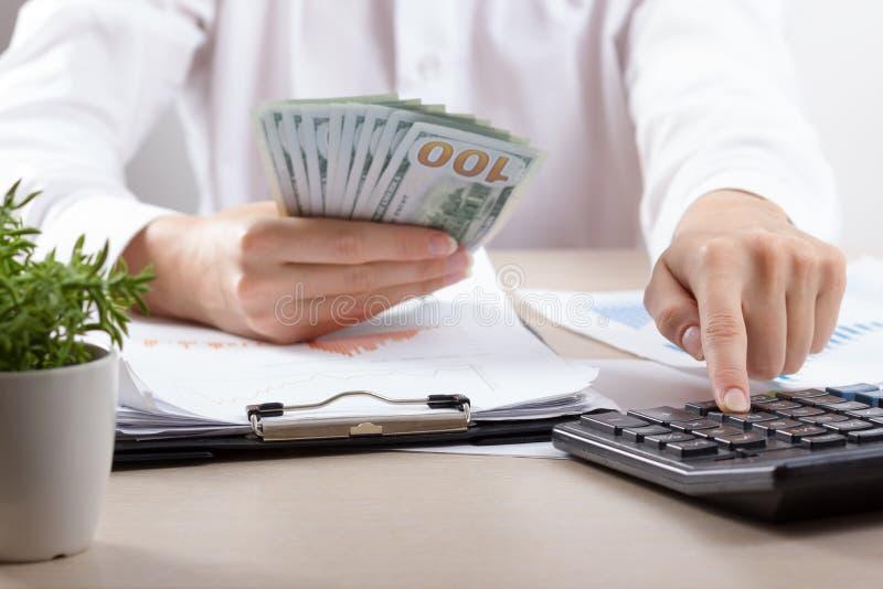 Stäng sig upp av kvinnliga revisor- eller bankirdanandeberäkningar Besparingar, finanser och ekonomibegrepp fotografering för bildbyråer