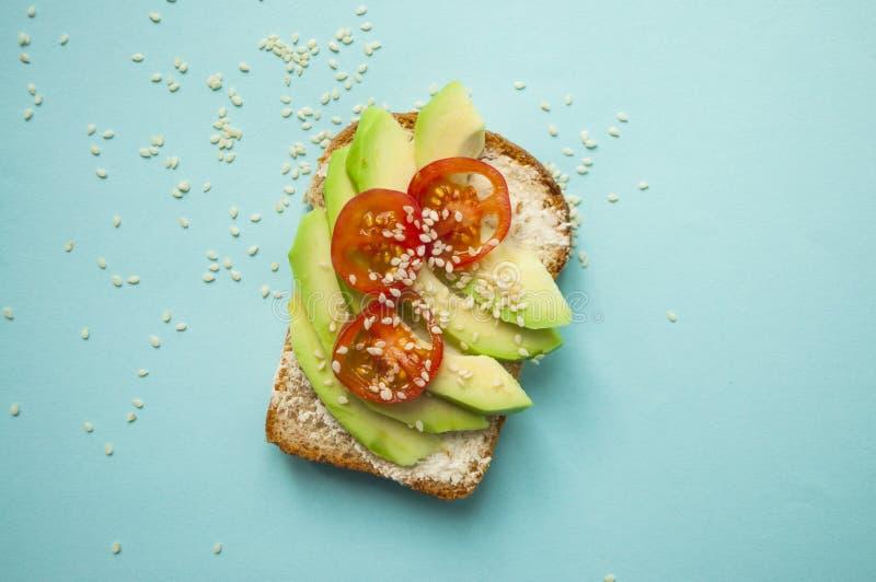 Stäng sig upp av läckra avokadorostade bröd royaltyfri bild
