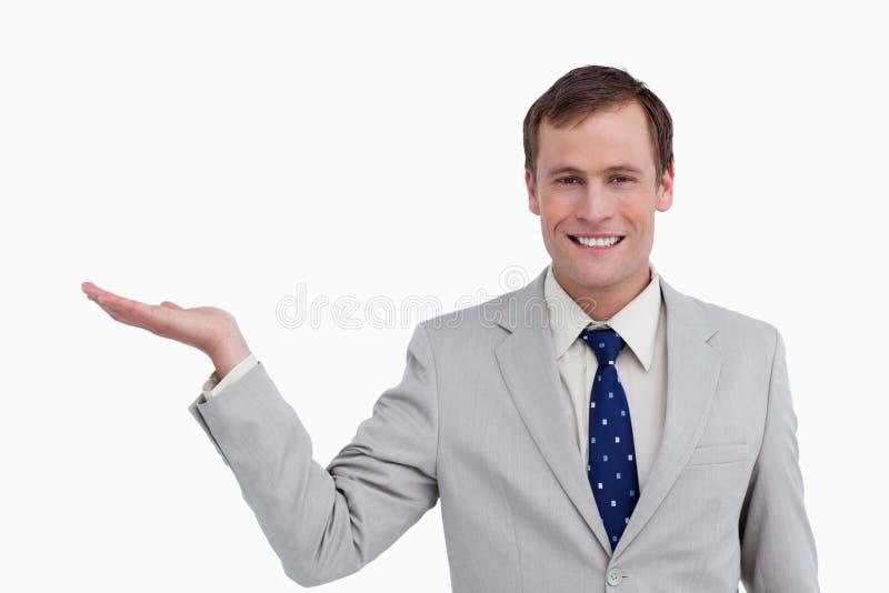 Stäng sig upp av le affärsman med hans gömma i handflatan upp arkivbild