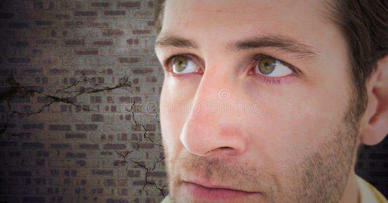 Stäng sig upp av ledsen framsida för man` s mot den bruna tegelstenväggen arkivfoton