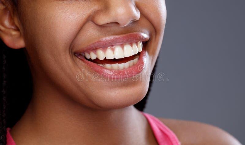 Stäng sig upp av leendet med perfekta vita tänder, slut upp royaltyfria foton