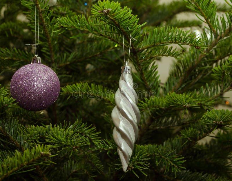 Stäng sig upp av lilor och gråna julgrangarneringar royaltyfri foto