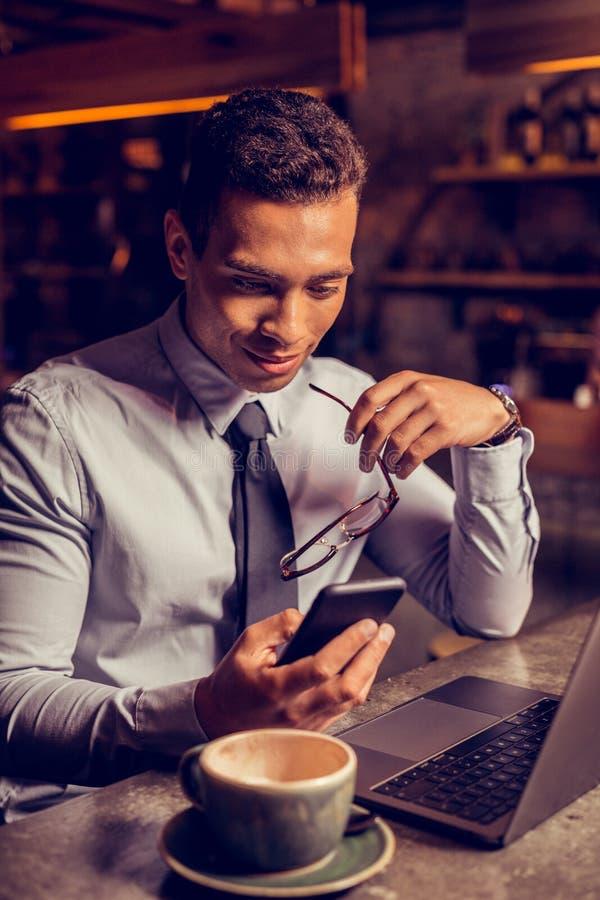Stäng sig upp av lyckat affärsmanläsningmeddelande på smartphonen royaltyfria foton