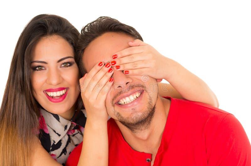 Stäng sig upp av lyckliga par som isoleras på vit bakgrund Attraktiv man och kvinna som är skämtsamma, kvinna som sätter henne hä royaltyfria bilder