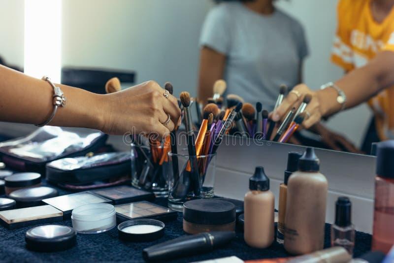 Stäng sig upp av makeupobjekten på en tabell royaltyfria bilder