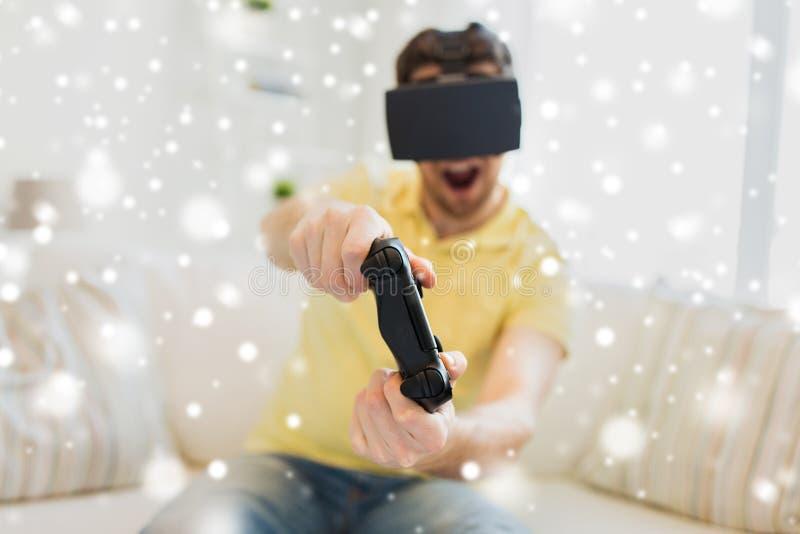 Stäng sig upp av man, i att spela för virtuell verklighethörlurar med mikrofon fotografering för bildbyråer