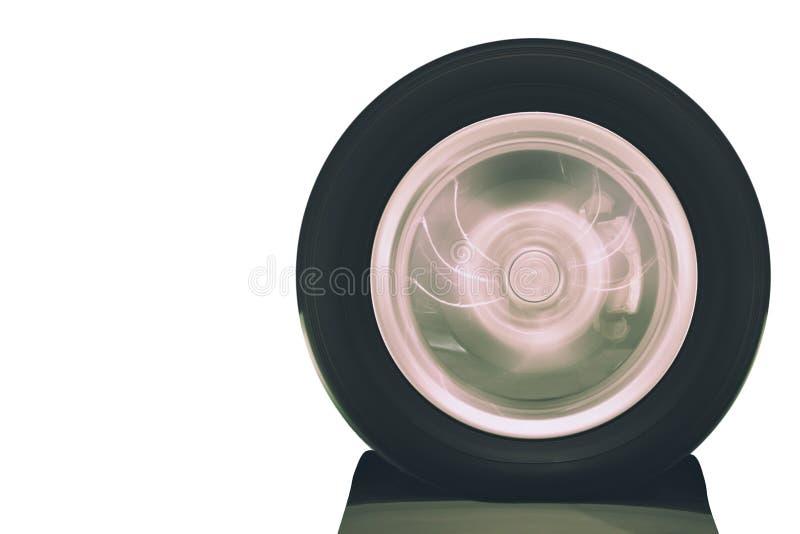 Stäng sig upp av medelhjulrotation på vägen med oskarp rörelse på vit bakgrund arkivfoto