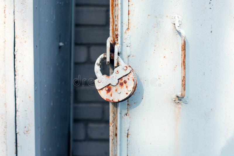 Stäng sig upp av metalldörr med låset, grungy stil industriell bakgrund arkivfoto