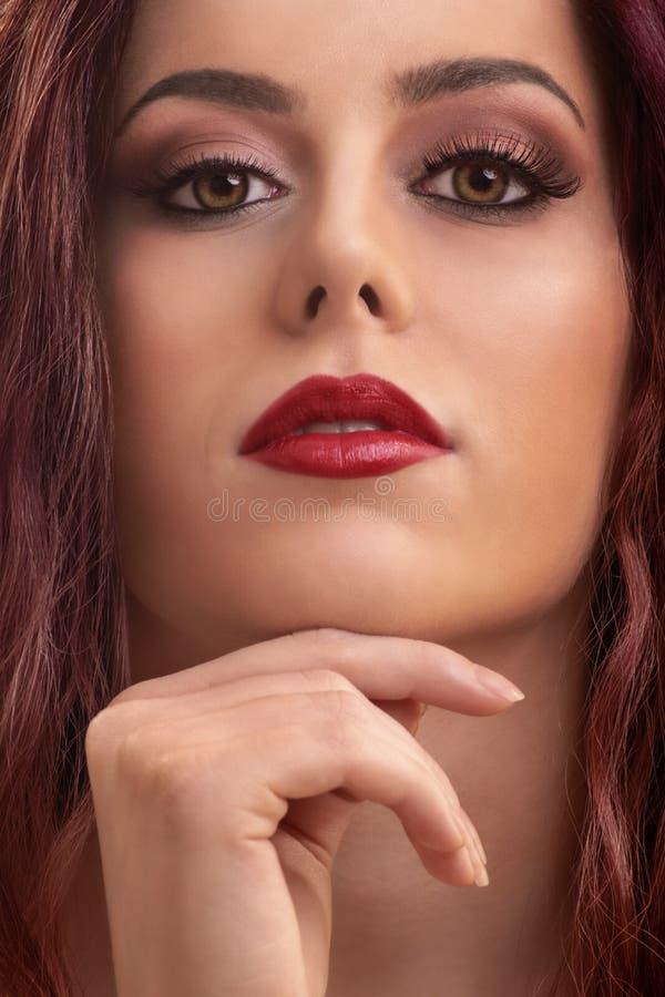 Stäng sig upp av modellframsida med makeup och ren hud royaltyfri fotografi