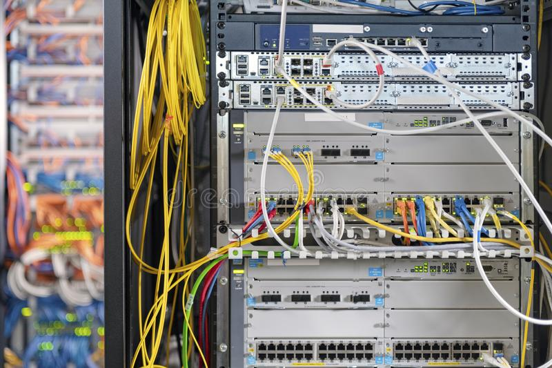 St?ng sig upp av modernt serverrum arkivfoton