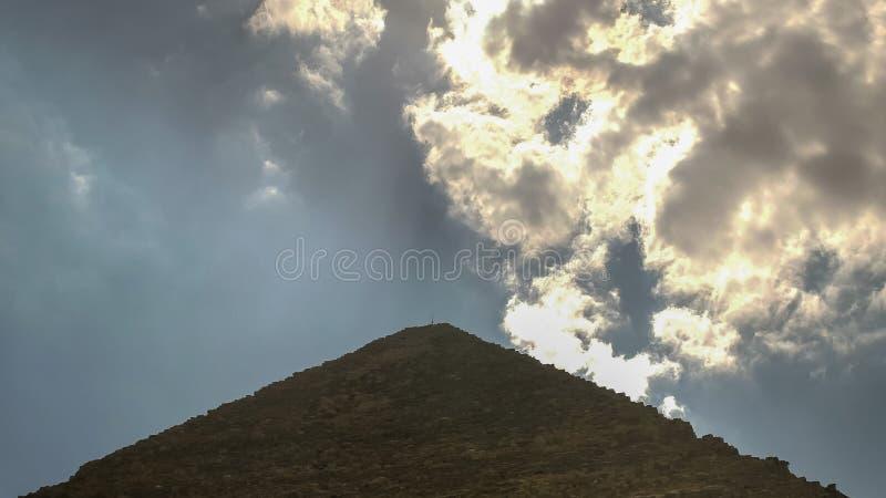 Stäng sig upp av moln och den stora pyramiden av khufuen på giza nära cairo, Egypten arkivfoton