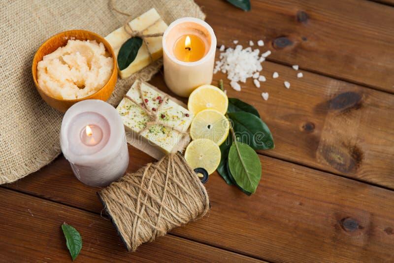 Stäng sig upp av naturliga tvål och stearinljus på trä fotografering för bildbyråer