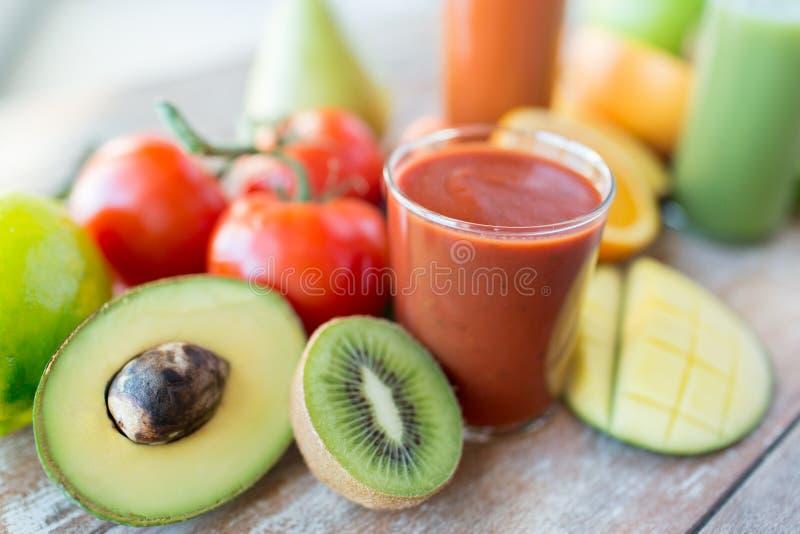 Stäng sig upp av nya fruktsaftexponeringsglas och frukter på tabellen royaltyfria bilder