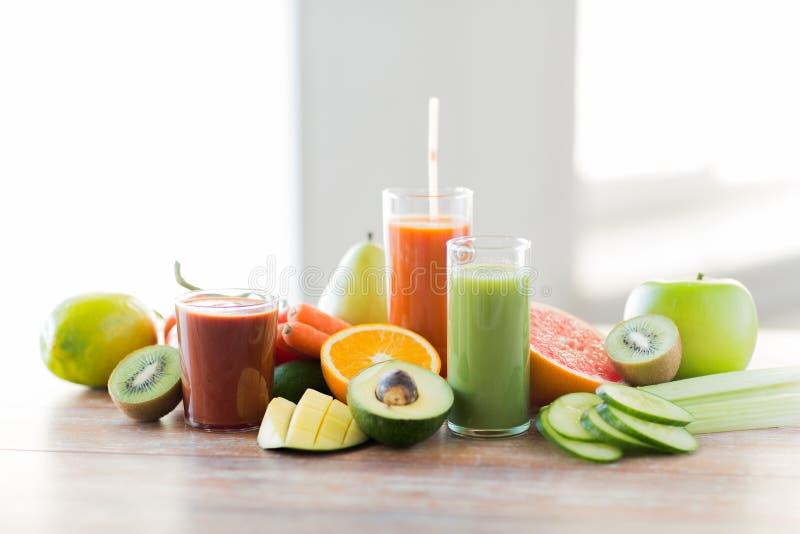 Stäng sig upp av nya fruktsaftexponeringsglas och frukter på tabellen royaltyfria foton