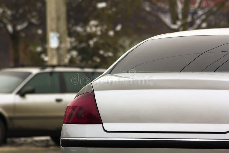 Stäng sig upp av nya moderna bilar som parkerar på stadsgatan stads- trans royaltyfri bild