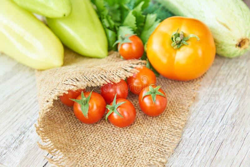 Stäng sig upp av nytt inlagd skörd av vegetbles - spansk peppar, drillborr och tomater på trätabellen Lantlig stil Organiskt sunt arkivbilder