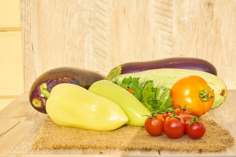 Stäng sig upp av nytt inlagd skörd av vegetbles - spansk peppar, drillborr och tomater på trätabellen Lantlig stil Organiskt sunt royaltyfria foton