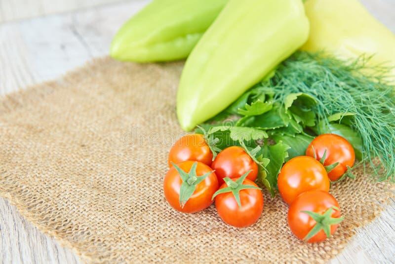 Stäng sig upp av nytt inlagd skörd av vegetbles - spansk peppar, drillborr och tomater på trätabellen Lantlig stil Organiskt sunt arkivfoto