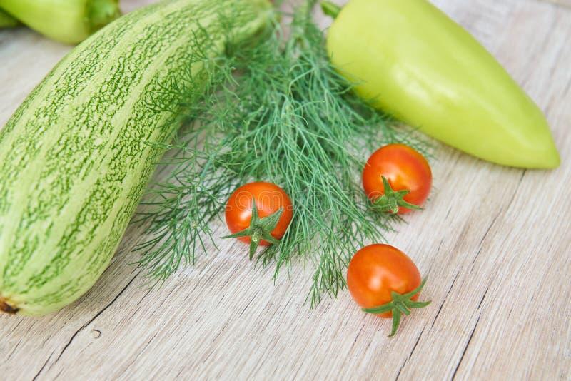 Stäng sig upp av nytt inlagd skörd av vegetbles - spansk peppar, drillborr och tomater på trätabellen Lantlig stil Organiskt sunt fotografering för bildbyråer