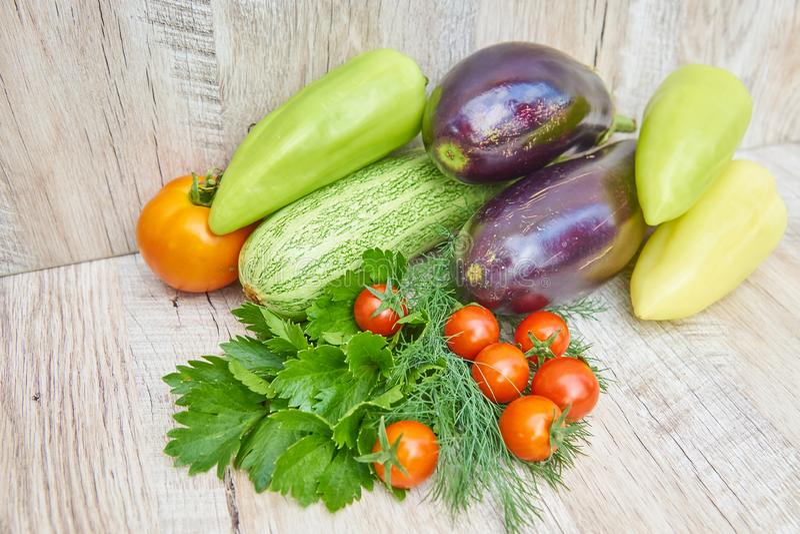 Stäng sig upp av nytt inlagd skörd av vegetbles - spansk peppar, drillborr och tomater på trätabellen Lantlig stil Organiskt sunt arkivbild