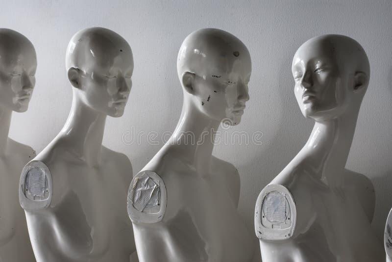 St?ng sig upp av plast- kvinnaskyltdockor som st?r i linjen royaltyfri bild