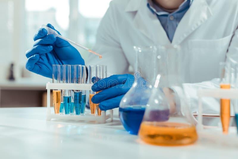 Stäng sig upp av provrör som används i kemisk labb royaltyfria foton