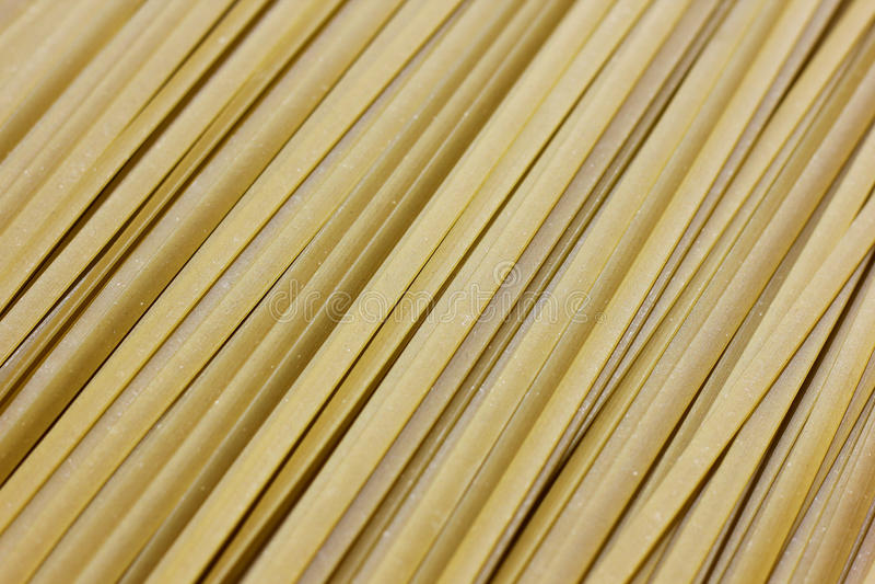 Stäng sig upp av rå pasta, grön Spanich fettuccine arkivbilder
